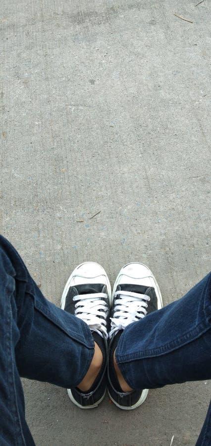 Coloqúese con sus piernas Para colocarse en sociedad foto de archivo libre de regalías