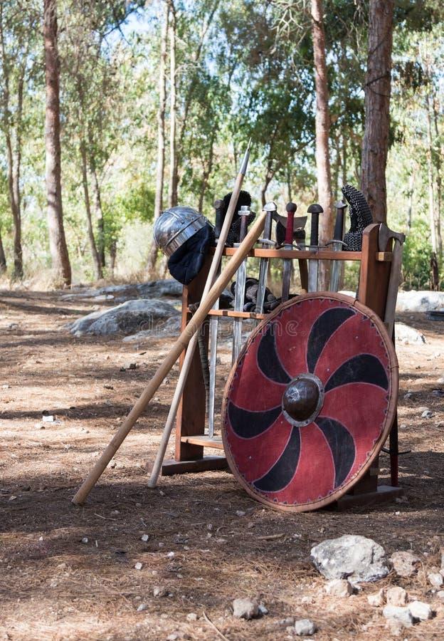 Coloqúese en acero frío en el campo del ` de Viking Village del ` en el bosque cerca de Ben Shemen en Israel imágenes de archivo libres de regalías
