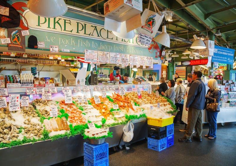 Coloqúese en el mercado de lugar de Pike famoso en Seattle imagen de archivo libre de regalías