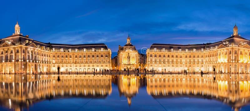 Coloque a bolsa no Bordéus, o espelho do la da água na noite imagens de stock royalty free