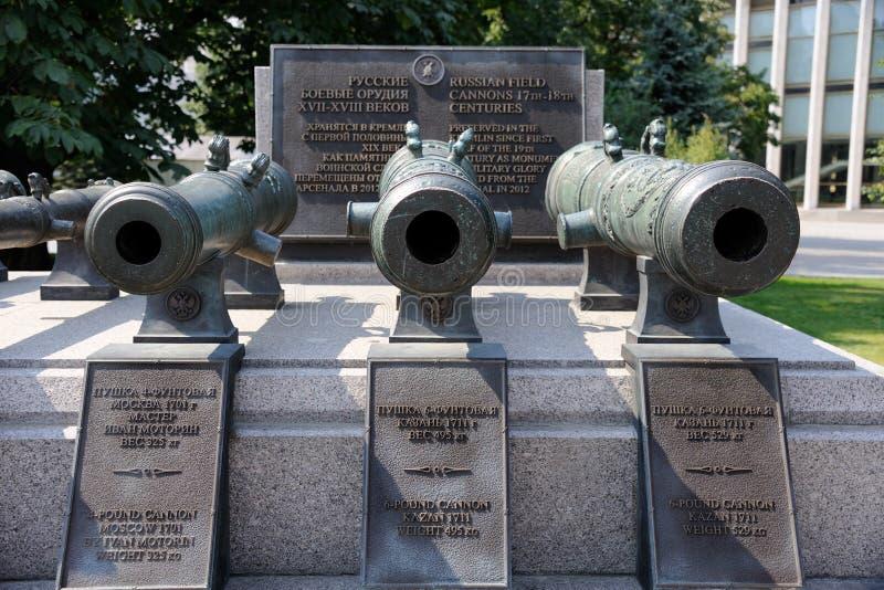 Coloque canhões do século XVIII - a glória do russo arma-se (Kremlin de Moscou) foto de stock