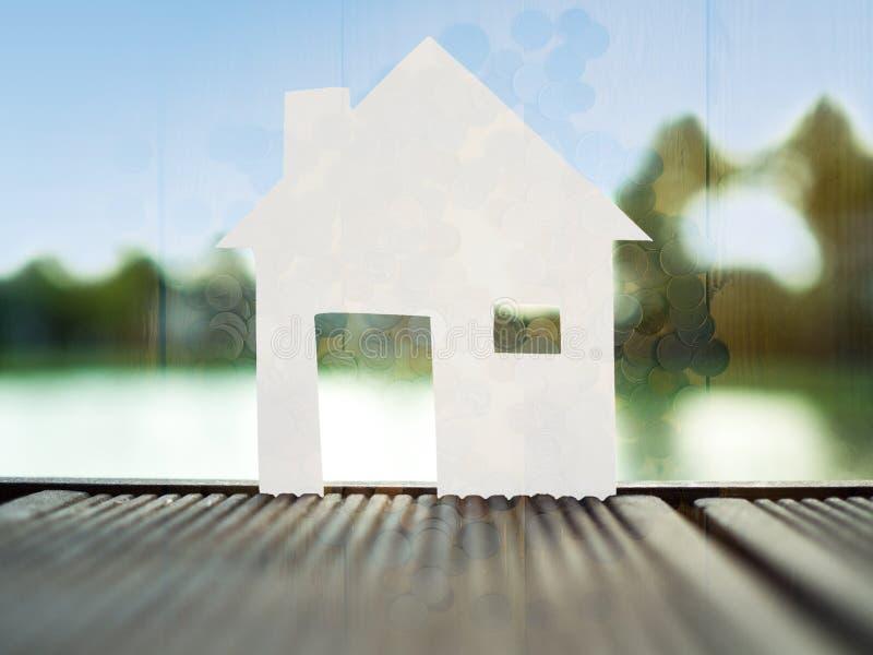 Coloque el hogar de papel solo en el parque, ahorre el dinero para el concepto futuro de las propiedades inmobiliarias foto de archivo libre de regalías