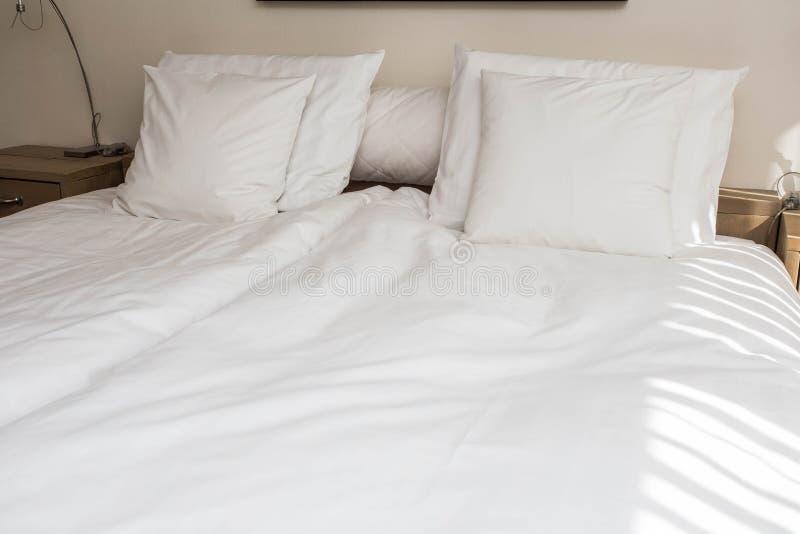 Coloque a empregada doméstica-acima com os descansos e as folhas de cama brancos limpos na sala da beleza Close-up Dom da lente n imagem de stock royalty free