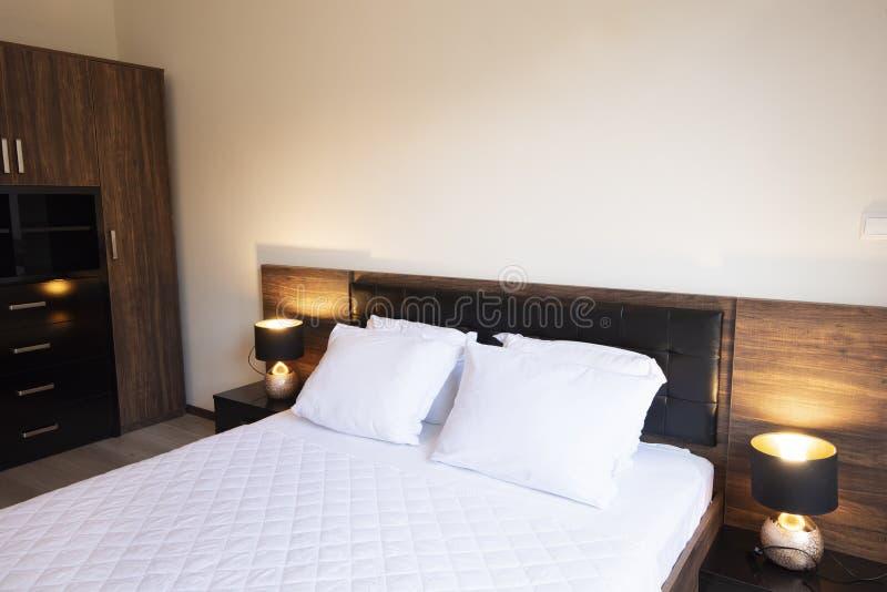 Coloque a empregada dom?stica-acima com os descansos e as folhas de cama brancos limpos na sala da beleza Close-up foto de stock
