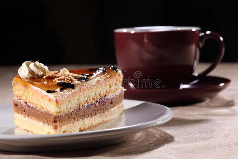 Coloque o café e o bolo com cobertura do molho de chocolate foto de stock royalty free