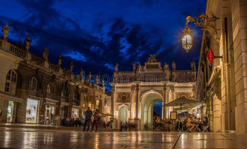 Coloque a porta de Estanislau na noite com iluminação agradável imagens de stock