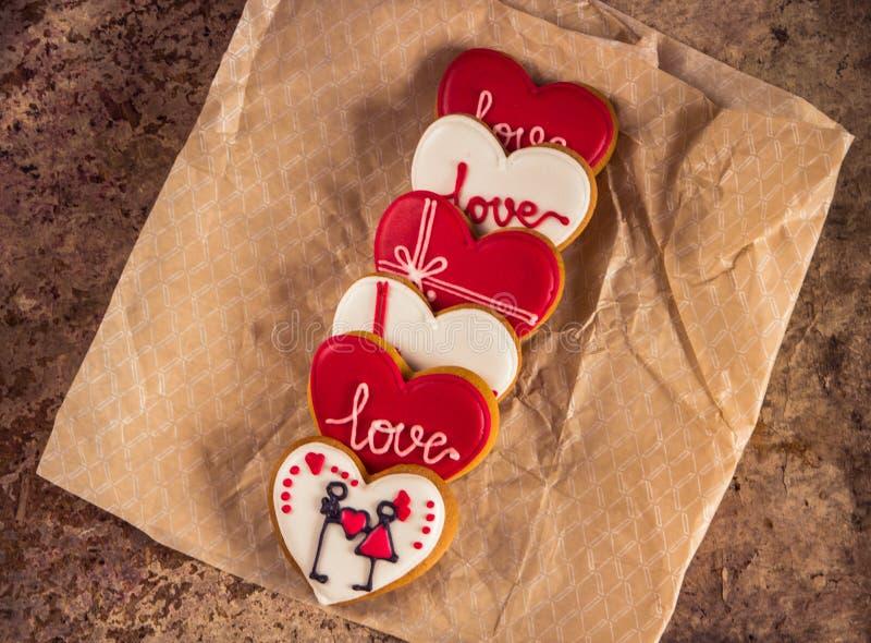 Coloré biscuits rouges et blancs de coeur le jour du ` s de Valentine photos libres de droits