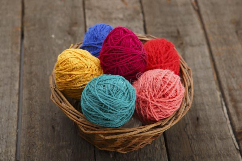 Coloré décoré en oeufs de pâques de panier de fil de laine photos stock
