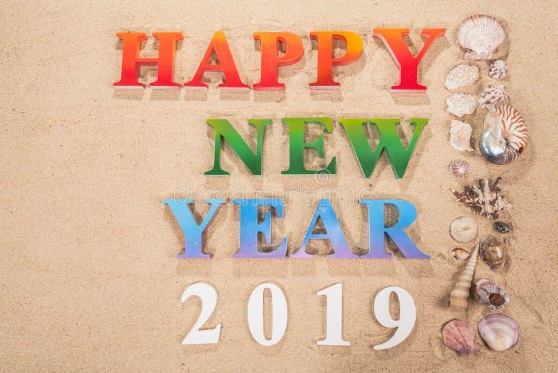 Coloré de la bonne année 2019 d'alphabet sur la plage photo libre de droits