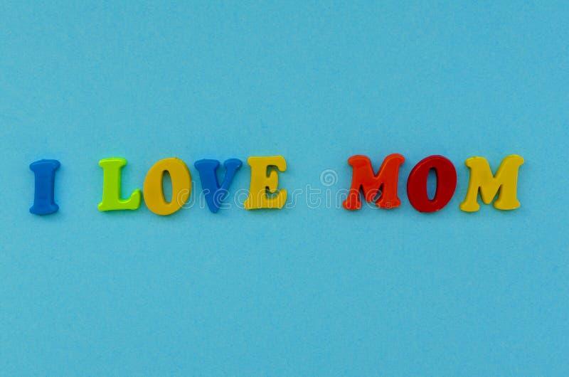 ` Coloré de maman d'amour du ` i des textes des lettres magnétiques sur le fond de papier bleu photos libres de droits