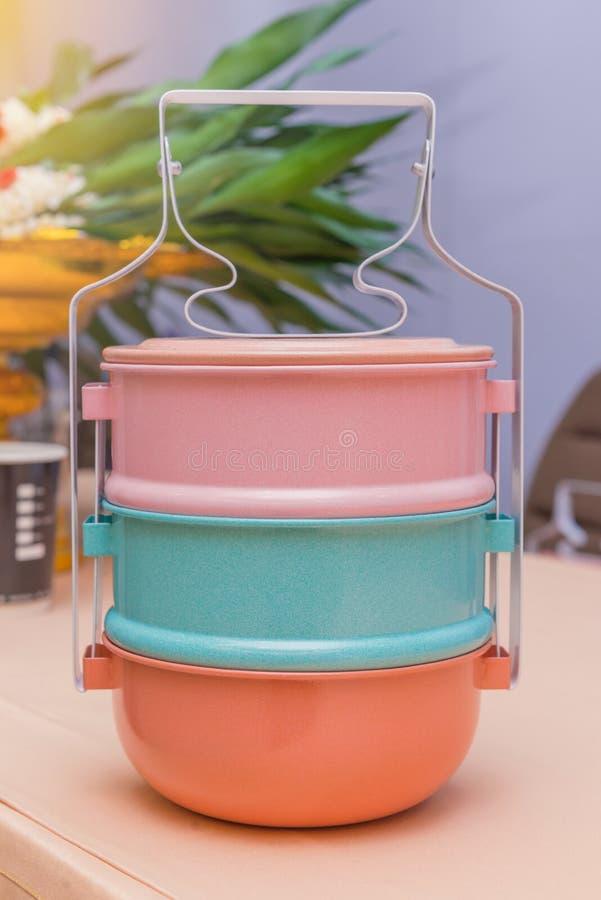 coloré des articles de transporteur de tiffin, boîtes à nourriture images libres de droits