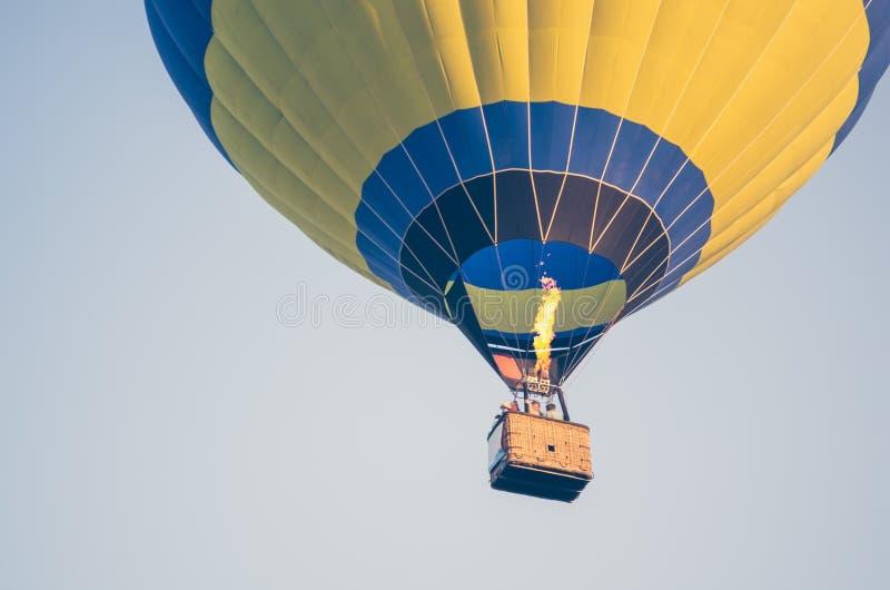 Coloré du ballon à air chaud avec le fond du feu et de ciel bleu photographie stock libre de droits