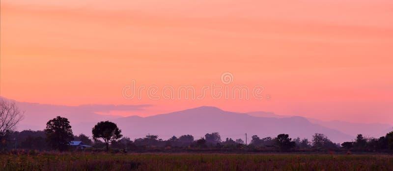 Coloré du ciel après coucher du soleil au-dessus de la montagne photo stock