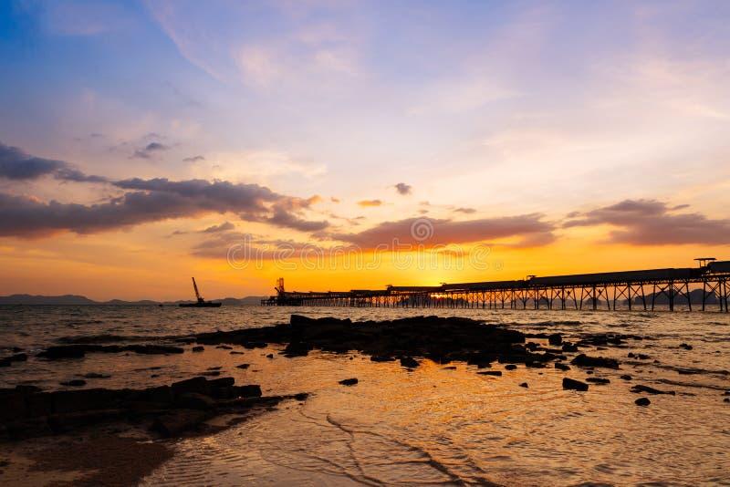 Coloré du coucher du soleil et du lever de soleil dramatiques avec le soleil orange crépusculaire images libres de droits