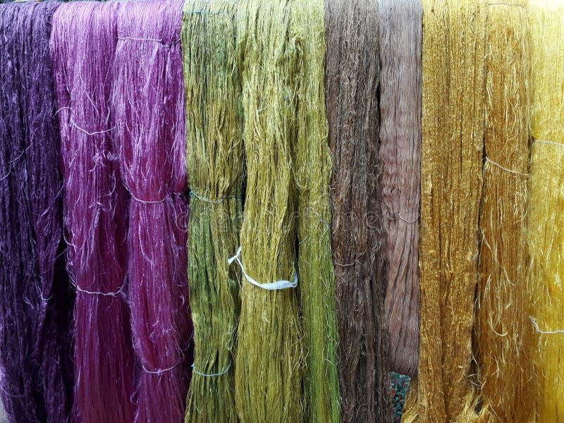 Coloré du fil en soie cru photo libre de droits