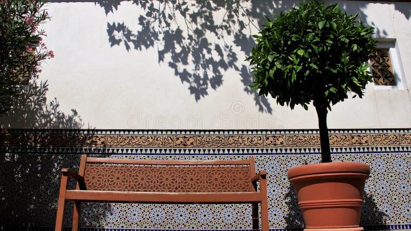 Coloré du jardin de balcon de maison de l'Orient images libres de droits