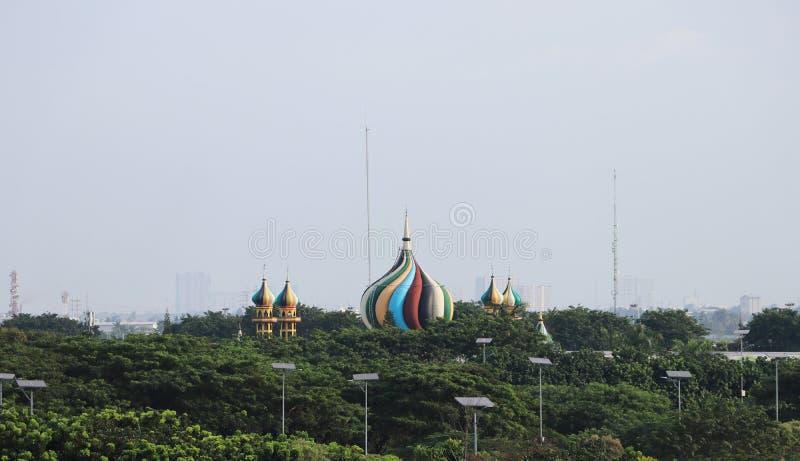Coloré du toit de mosquée islamique avec l'arbre vert sur le fond de ciel images stock