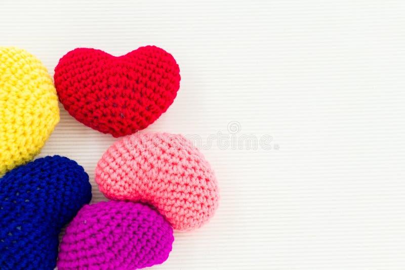 Coloré du tricotage fait main de coeurs Jour du ` s de Valentine ou concept d'amour photos stock