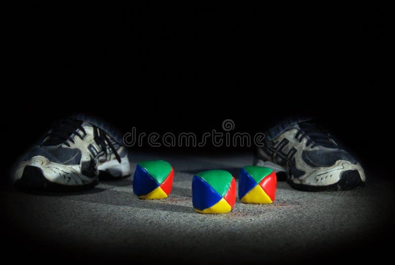 ` Coloré s de Hacky avec des pieds du ` s d'adolescent la nuit photographie stock libre de droits