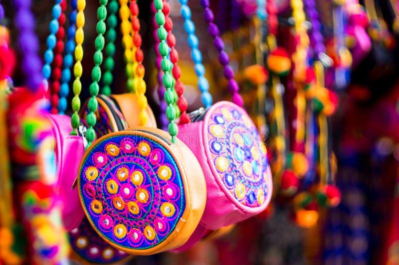 Coloré, textile, sacs à main fabriqués à la main accrochant dans un magasin au Goudjerate photos libres de droits