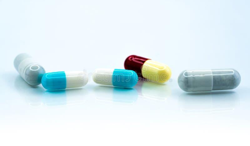Colorée sur fond blanc Industrie pharmaceutique Interaction de la médecine herbacée avec d'autres médicaments Pharmacie photos libres de droits