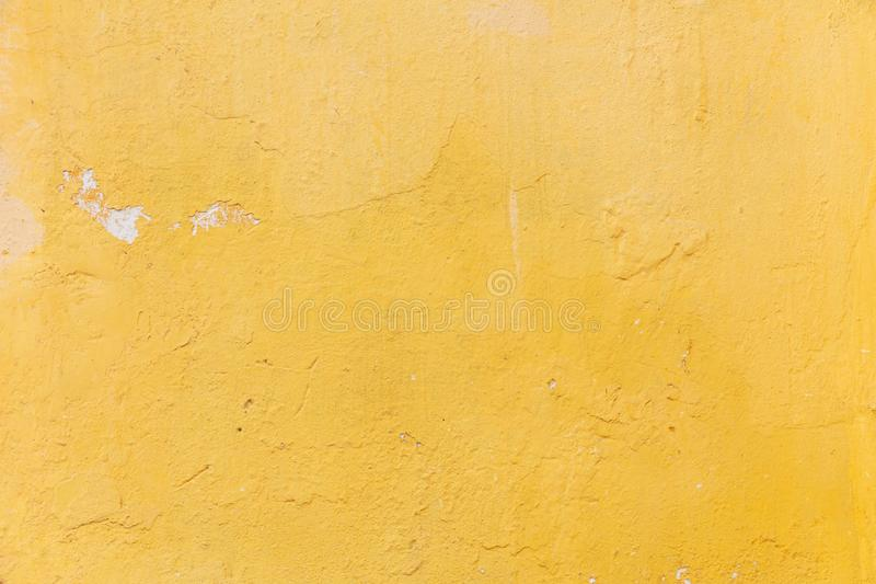 Color amarillo brillante, fondo pintado del grunge de la textura de la pared imagenes de archivo