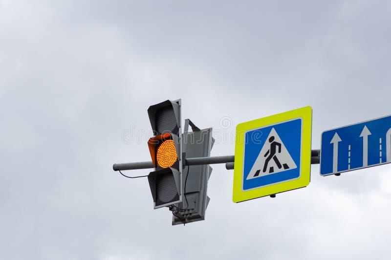 Color amarillo en los semáforos Muestra del paso de peatones imágenes de archivo libres de regalías