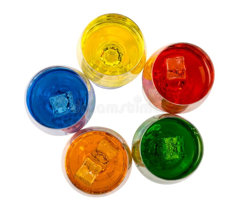 Color de bebidas alcohólicas y sin alcohol con hielo en cristales en el fondo blanco, primer fotos de archivo libres de regalías