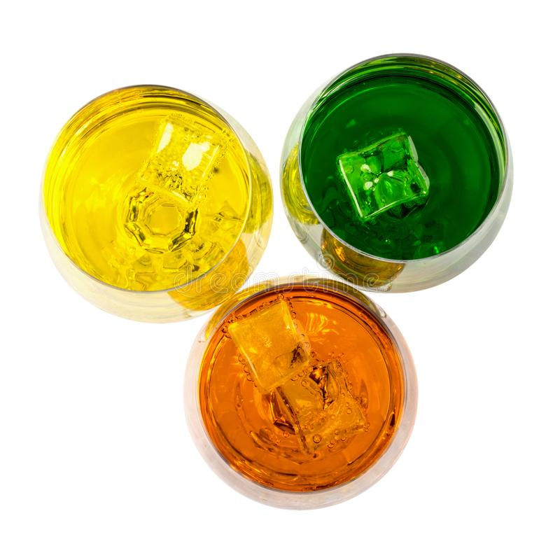 Color de bebidas alcohólicas y sin alcohol con hielo en cristales en el fondo blanco, primer fotografía de archivo libre de regalías
