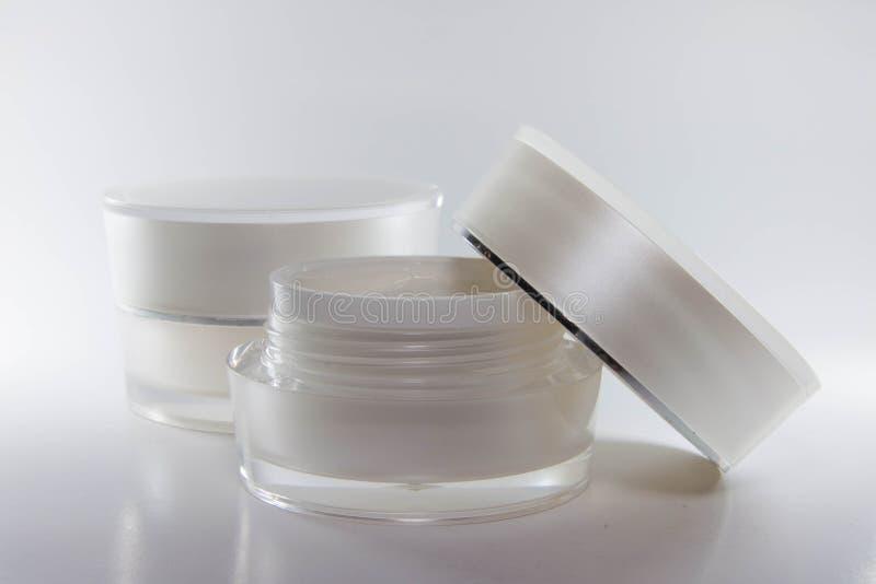 Color de empaquetado poner crema del blanco de los envases de la belleza imágenes de archivo libres de regalías