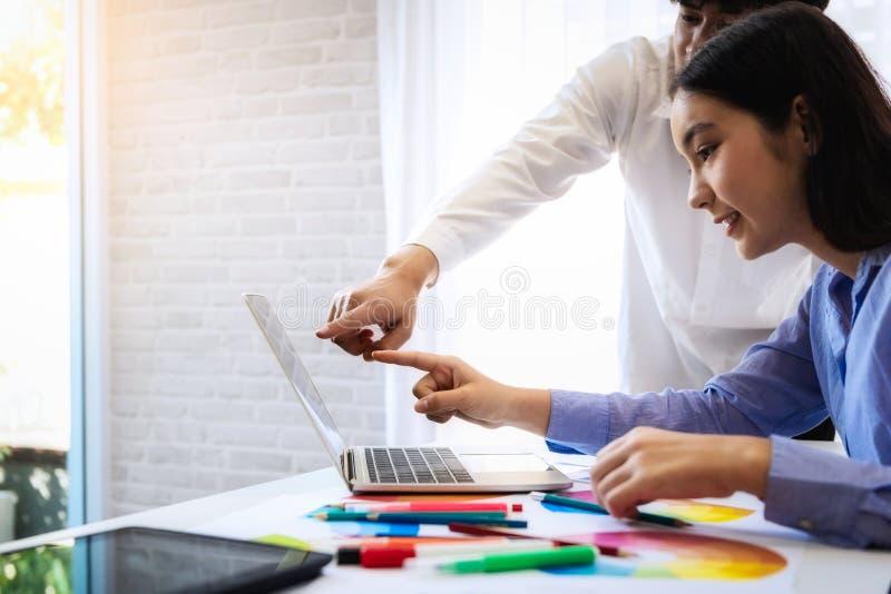 Color de encuentro creativo de las ideas de la parte del diseñador gráfico para los gráficos del diseño para la nueva web en luga imagen de archivo