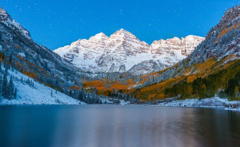 color de la caída en el lago marrón en la noche después de la nieve en Aspen, Colorado imagen de archivo