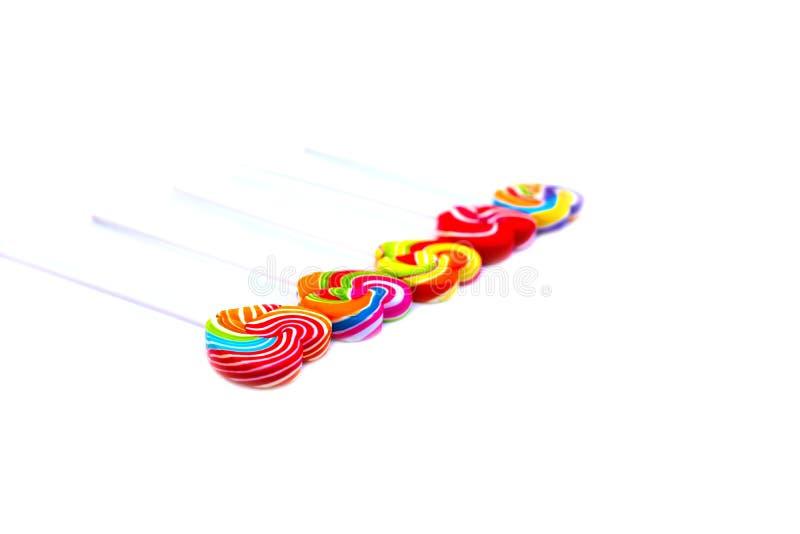 Color de la forma del corazón de los caramelos de los dulces lleno en el fondo blanco, caramelo determinado de las piruletas del  imagen de archivo libre de regalías