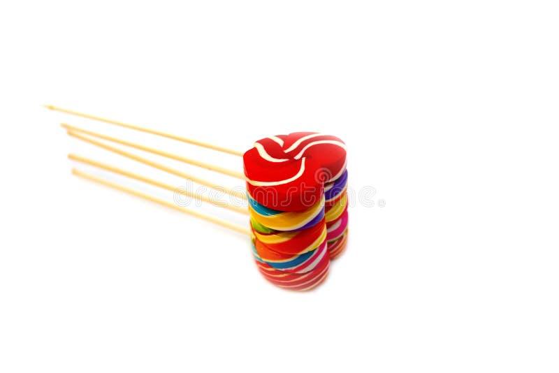 Color de la forma del corazón de los caramelos de los dulces lleno en el fondo blanco, caramelo determinado de las piruletas del  fotos de archivo