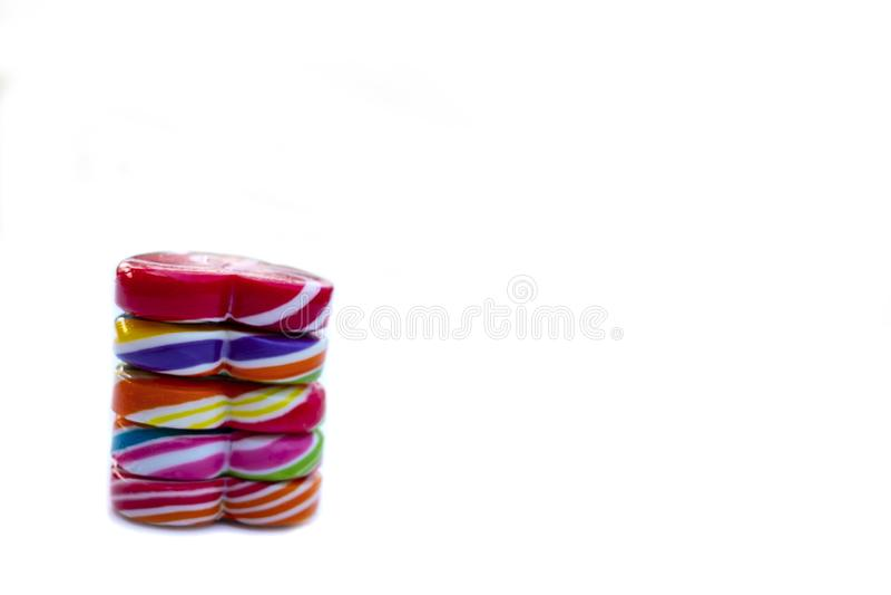 Color de la forma del corazón de los caramelos de los dulces lleno en el fondo blanco, caramelo determinado de las piruletas del  fotografía de archivo