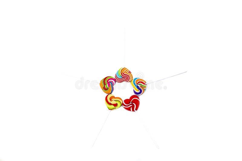Color de la forma del corazón de los caramelos de los dulces lleno en el fondo borroso, caramelo determinado de las piruletas del imagen de archivo libre de regalías