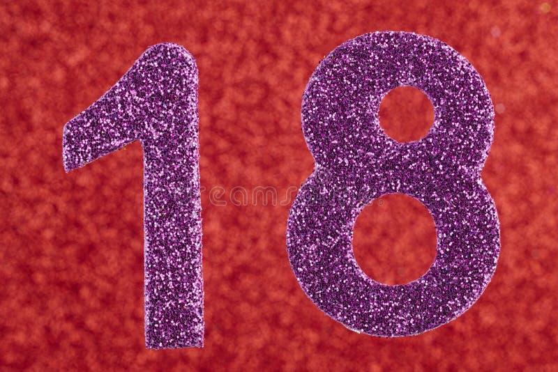 Color de la púrpura del número dieciocho sobre un fondo rojo aniversario imágenes de archivo libres de regalías