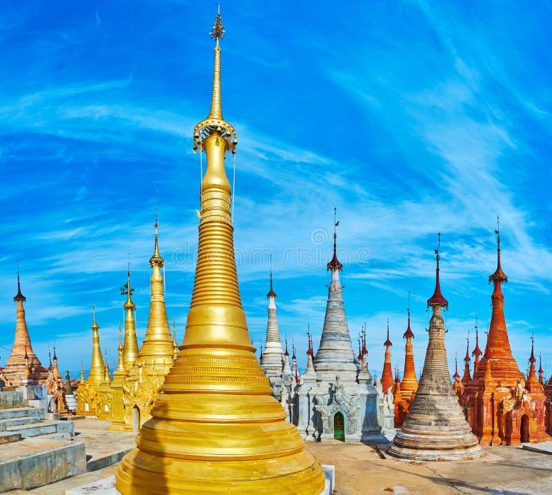 Color de los stupas de Nyaung Ohak, Indein, lago Inle, Myanmar imagen de archivo libre de regalías