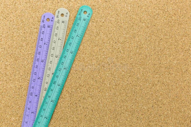 color 3 de reglas en tablero del corcho fotografía de archivo libre de regalías