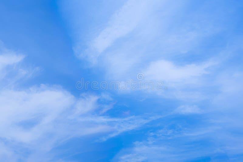 Color del azul de cielo y alta atmósfera nublados aire fresco en día hermoso imagen de archivo