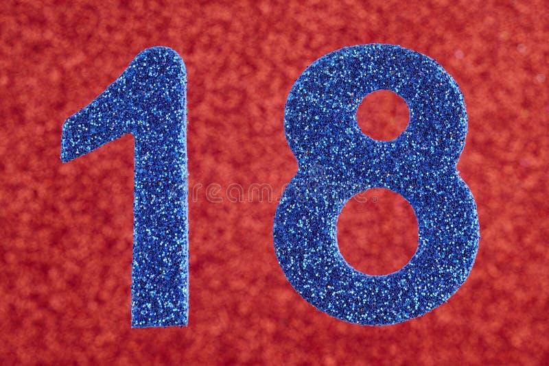 Color del azul del número dieciocho sobre un fondo rojo aniversario fotos de archivo