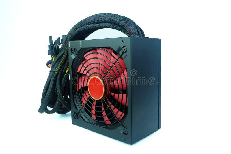 Color del negro de la fuente de alimentación con la fan roja grande con la unidad de los cables para el ordenador de la PC aislad fotos de archivo libres de regalías