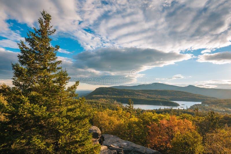 Color del otoño y vista del lago norte-sur, de la roca de la puesta del sol, en las montañas de Catskill, Nueva York fotos de archivo