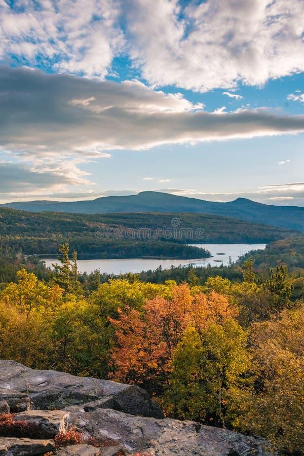 Color del oto?o y vista del lago norte-sur, de la roca de la puesta del sol, en las monta?as de Catskill, Nueva York fotografía de archivo libre de regalías