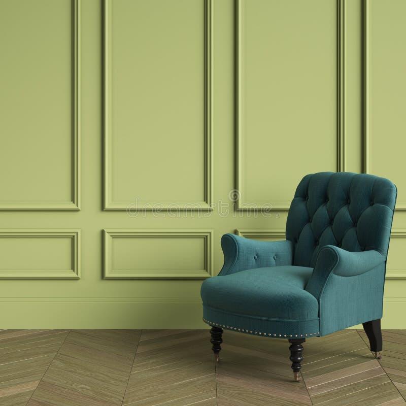 Color esmeralda de la butaca copetuda clásica que se coloca en interior clásico Paredes verdes con los moldeados, roble Herringbo fotos de archivo