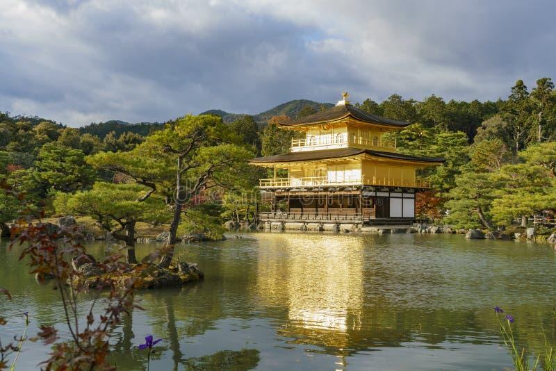 Color hermoso de la caída de Kinkaku-ji fotos de archivo
