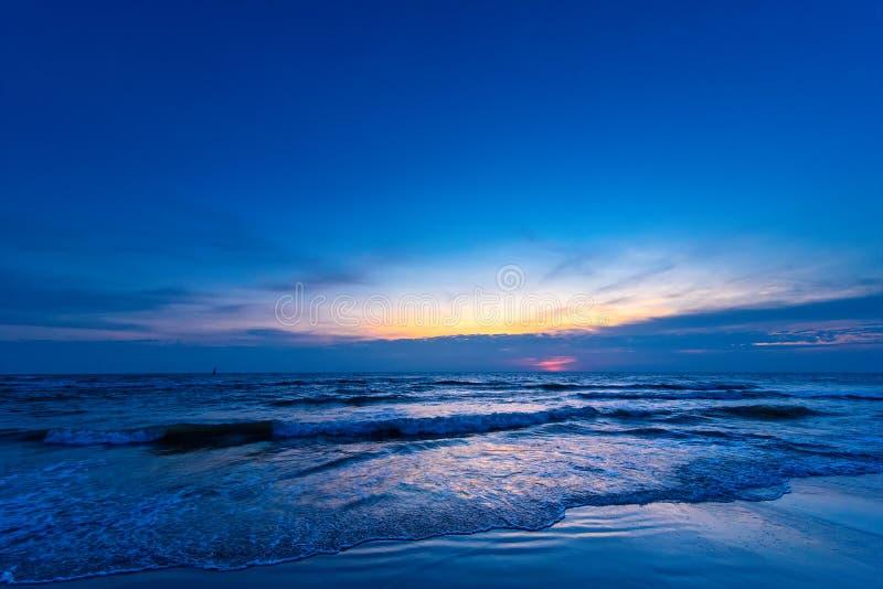 Color hermoso de la salida del sol sobre el fondo del mar, océano en sou fotografía de archivo libre de regalías