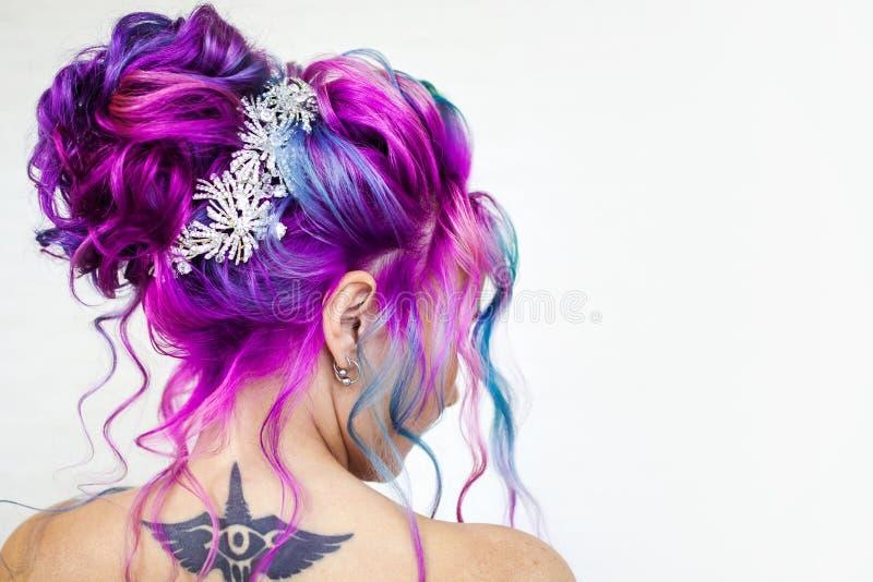 Color increíble del pelo, pendiente azul y magenta brillante Coloración del cabello de moda elegante imagenes de archivo