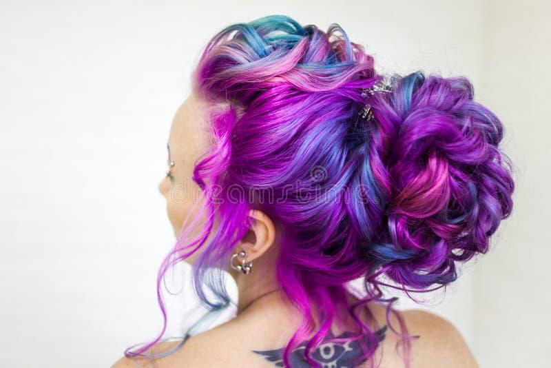 Color increíble del pelo, pendiente azul y magenta brillante Coloración del cabello de moda elegante fotografía de archivo