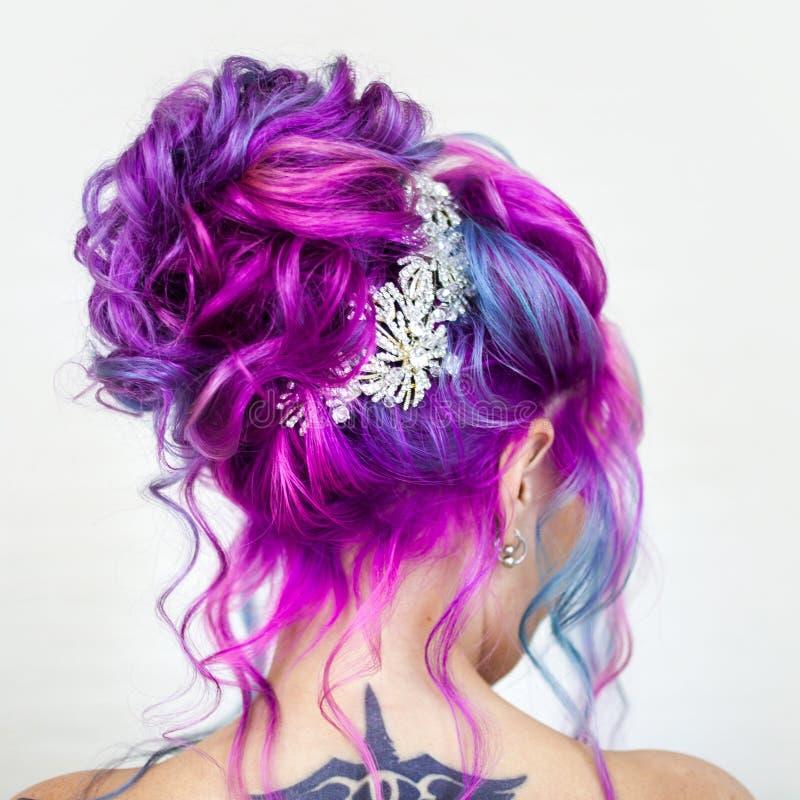Color increíble del pelo, pendiente azul y magenta brillante Coloración del cabello de moda elegante imagen de archivo libre de regalías